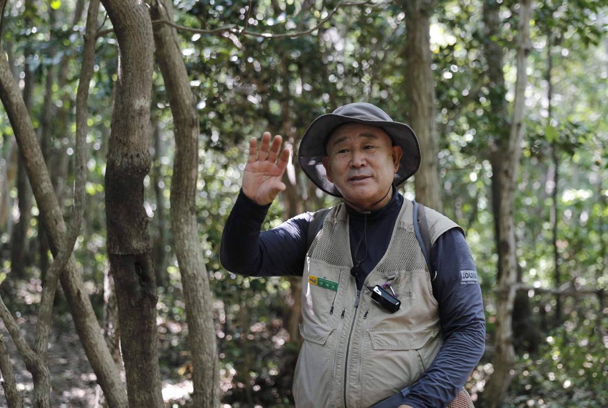 지난 5일 남도한바퀴를 타고 접도를 찾은 여행객들에게 웰빙숲에 대해 설명하는 장재호 문화관광해설사. 장 해설사는 접도와 남망산을 단장하고 홍보하는 일에 일상을 바치고 있다.