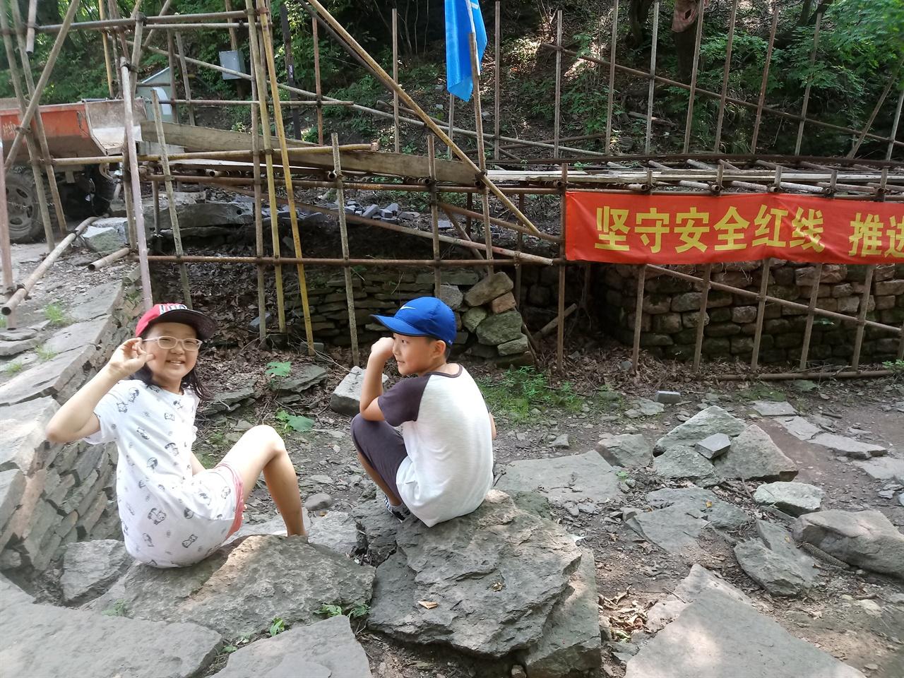 오녀산성 정상 부근에서 발견된 유적지를 보전하고 관광자원으로 활용하기 위한 공사가 대대적으로 이루어지고 있었다.