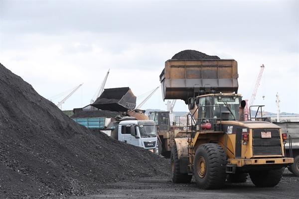 관세청에 따르면 국내 3개 수입법인은 지난해 4월부터 10월까지 7회에 걸쳐 총 66억원 상당의 북한산 석탄·선철 3만5천38t을 국내로 불법 반입했다. 사진은 지난 7일 경북 포항신항 7부두에 정박한 진룽(Jin Long)호에서 북한산 석탄을 하역하는 모습
