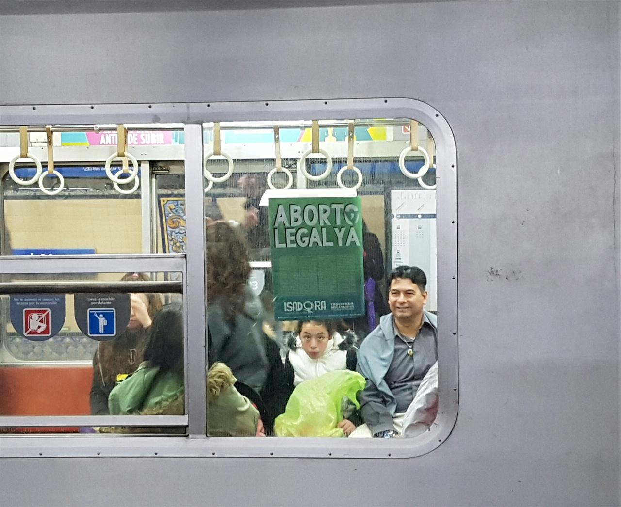 낙태 합법화의 스페인어인 'Aborto legal' 전단지가 지하철의 창문에도 붙어있다.