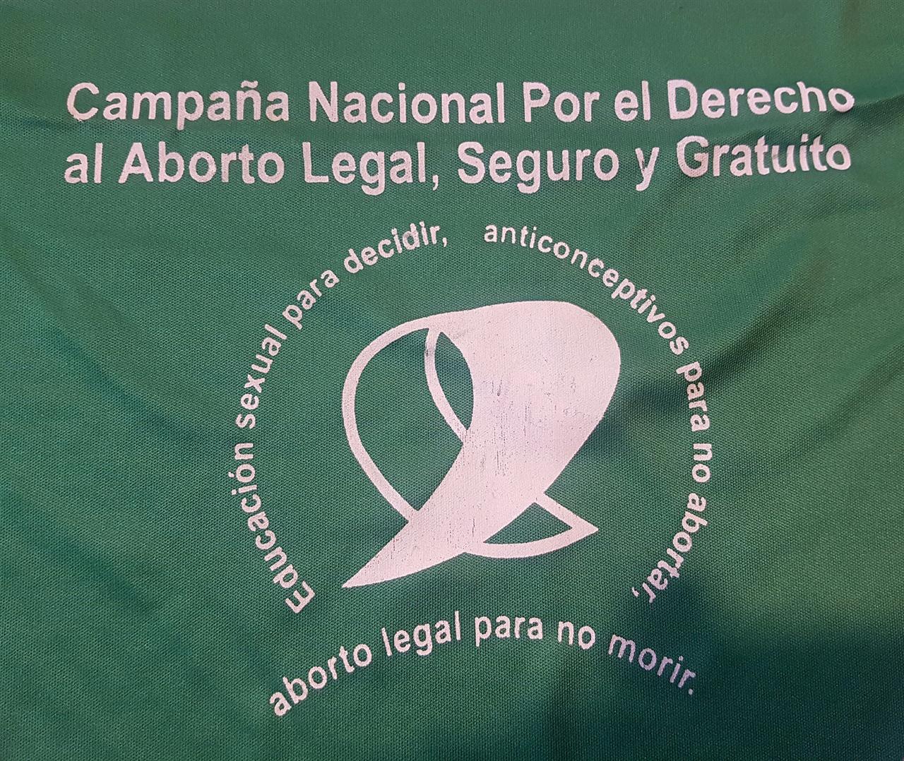 삼각형 모양의 녹색 반다나에는 이런 '낙태합법화'를 주장하는 표어가 있다.