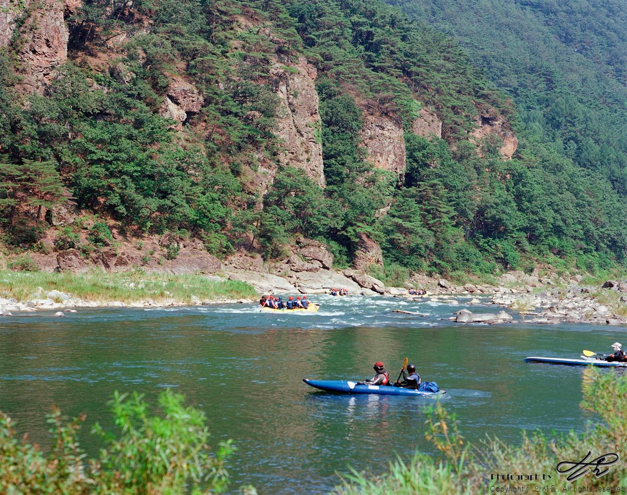 동강 (Ektar100)어라연을 지나 영월 읍내로 흘러가는 동강의 모습. 다른 날 트래킹을 하며 담은 사진이다.