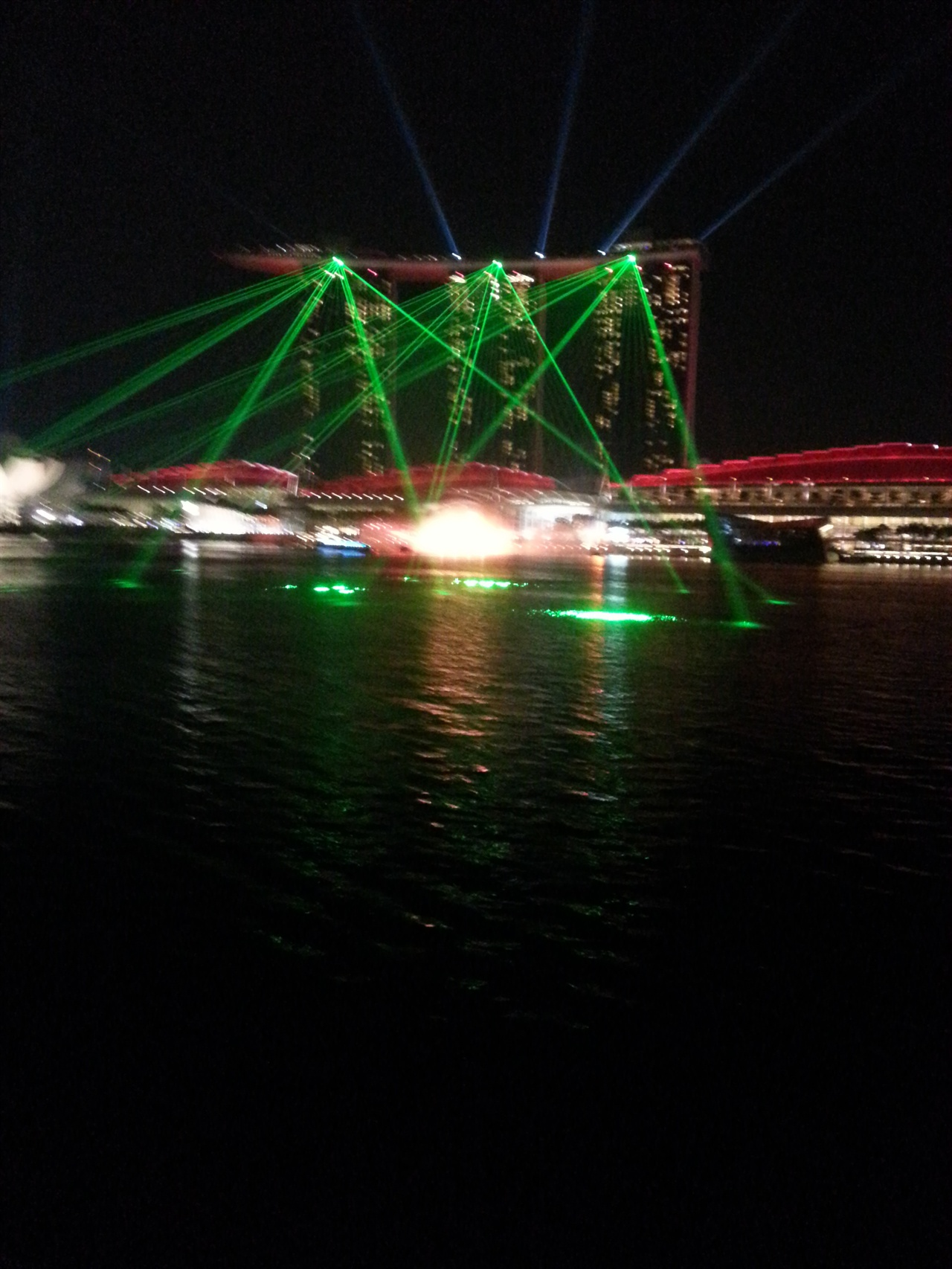 에너지 선진국 싱가포르의 밤은 화려하다. 많은 전력을 사용하며 밤을 밝혀 관광객을 끌고 있다. 싱가포르의 랜드마크 마리나 샌즈 호텔이 레이져 쇼를 하고 있다.