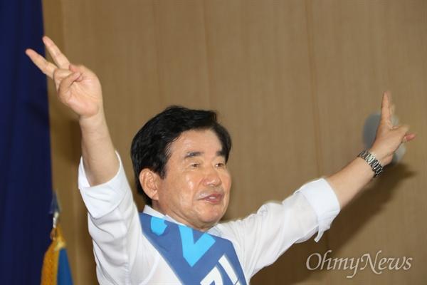 12일 오전 대구엑스코에서 열린 민주당 합동연설회에서 김진표 당대표 후보가 양손을 들어 인사하고 있다.