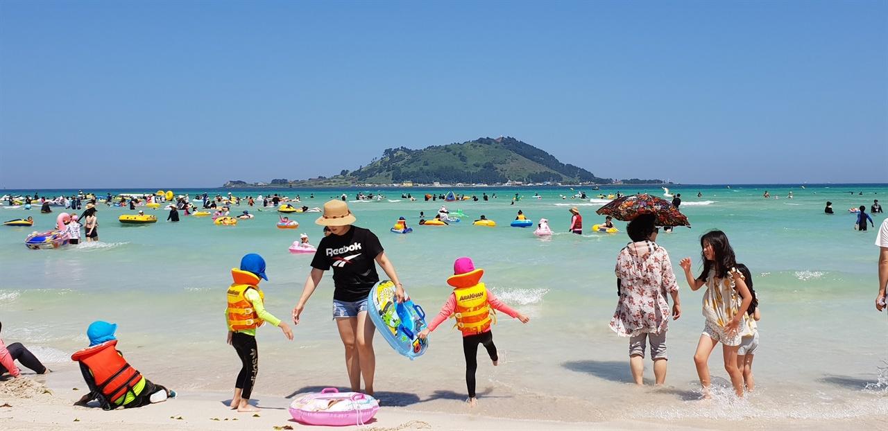 협재해수욕장 잔 모래라 아이들이 놀기에 알맞다. 비취색이라 은색 모래와 조화를 이룬다. 끝없이 펼쳐지는 수평선..., 그리고 완만한 경사, 풍광이 아름답다.