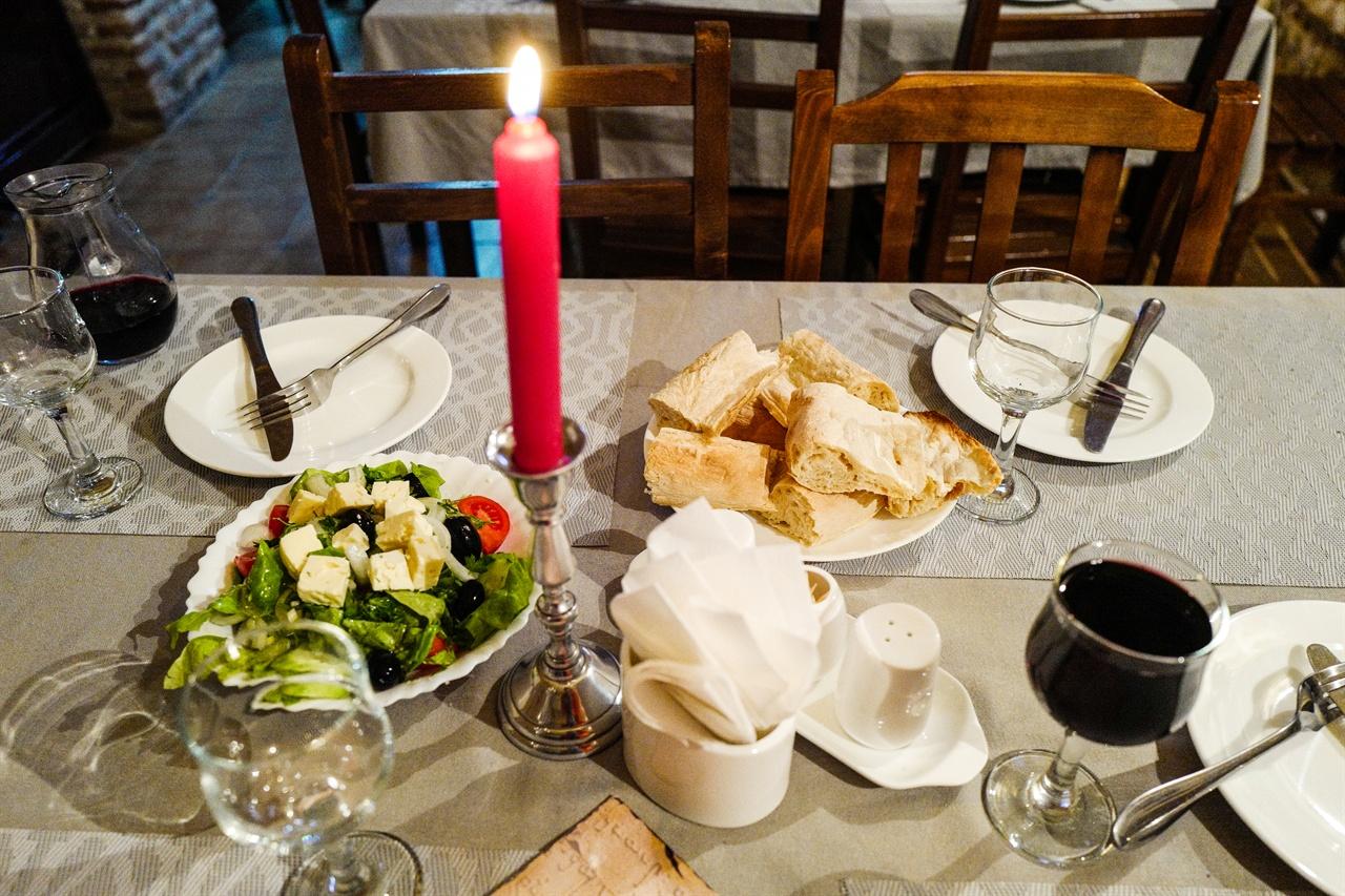 시그나기 레스토랑 '골든 라이언' 침침한 실내가 촛불을 켜니 근사한 레스토랑으로 변했다.