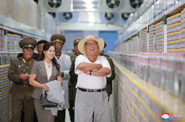 김정은 북한 국무위원장이 부인 리설주 여사와 함께 금산포젓갈가공공장을 둘러봤다고 조선중앙통신이 보도했다. 2018.8.8