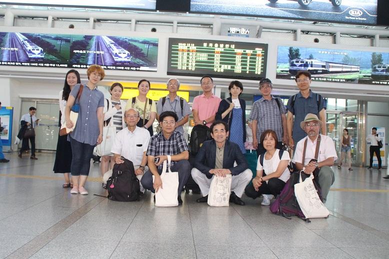 한일 교사 간담회를 마치고 기념 사진 서울역 KTX회의실에서 '탈핵, 탈핵 교육, 환경 교육'에 관한 한일 양국 교사들이 간담회를 마치고, 기념 사진을 찍은 것이다.