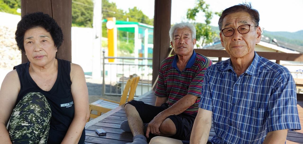 인터뷰중인 서연마을 태양광발전 반대추진 위원 정근섭씨와 주민들의 모습