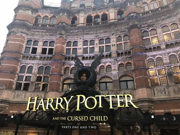 <해리포터와 저주 받은 아이> 공연이 진행 중인 영국 런던 팔라스 극장.