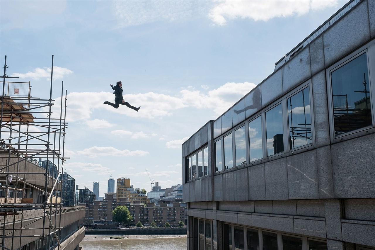 <미션 임파서블: 폴아웃> 중 톰 크루즈의 액션 장면.