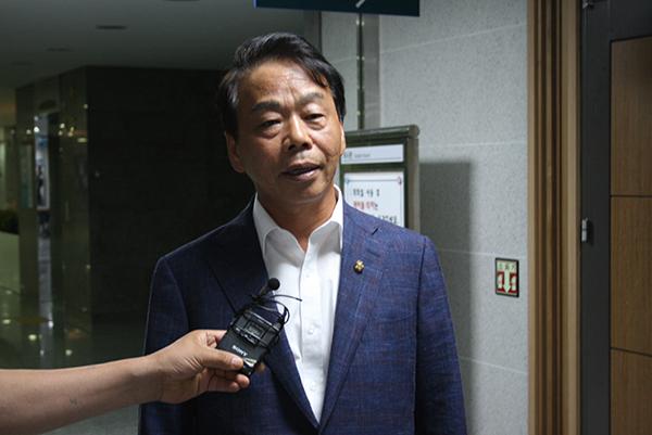 간담회 직후 인터넷언론인연대와 인터뷰를 갖고 있는 이완영 의원