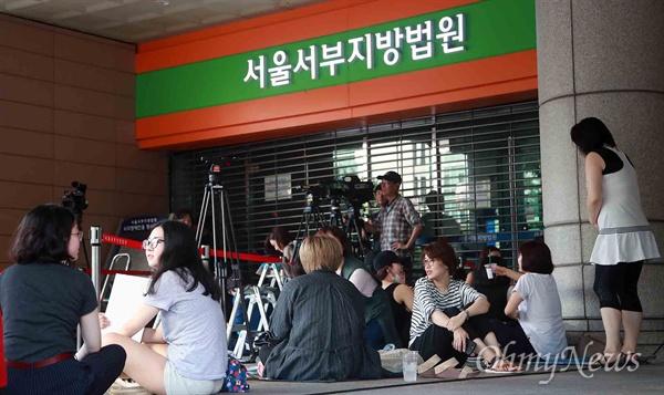 안희정 1심 선고공판, 뜨거운 방청 열기 14일 오전 서울서부지방법원에서 정무비서에 대한 성폭력 혐의로 기소된 안희정 전 충남도지사의 1심 선고공판이 열린 예정인 가운데, 시민들이 재판을 방청하기 위해 출입을 기다리고 있다.