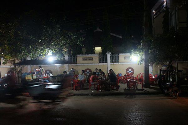 캄보디아 씨엠렛 펌 스트리트 입구 길거리 음식점