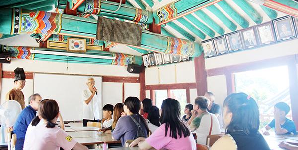 응봉초등학교 학생들이 대흥향교에서 이동기 전교의 인사말을 듣고 있다.