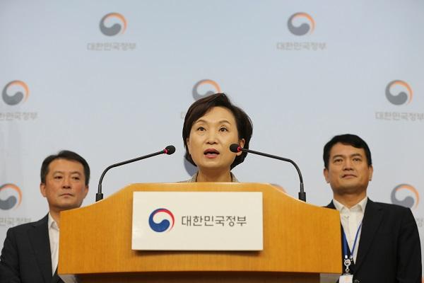 14일 김현미 국토교통부 장관은 정부서울청사에서 긴급 안전진단을 받지 못한 BMW 차량에 대해 운행정지명령을 내리겠다고 발표했다.
