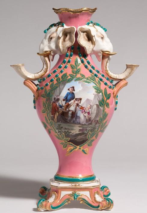 양쪽에 촛대가 달린 세브르 꽃병. 1760년작.