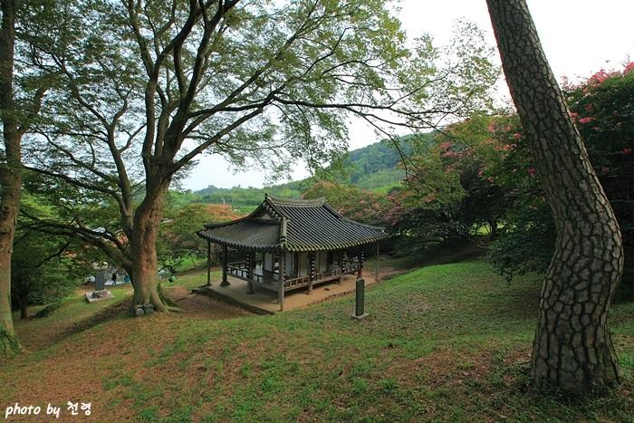 명옥헌 명옥헌 뒤에 있던 이 지방의 이름난 선비들을 제사지내던 도장사의 이름을 따서 도장정(道藏亭)이라고도 했다.