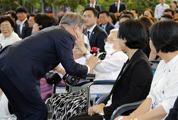 위안부 피해 생존자 김경애 할머니와 인사나누는 문 대통령 문재인 대통령이 14일 충남 천안 국립 망향의 동산에서 열린 일본군 위안부 피해자 기림의 날 기념식에 입장하며 김경애 할머니와 인사를 나누고 있다.