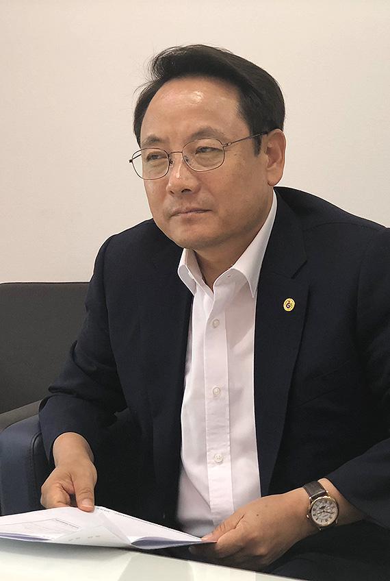 14일 오후, 구청장실을 찾아온 동명동 주민들의 이야기를 심각하게 듣고 있는 임택 광주 동구청장.