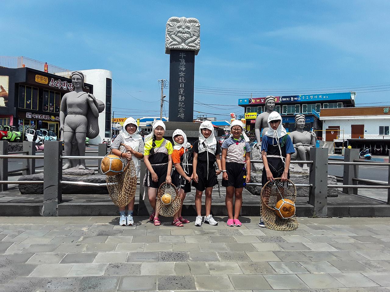 천진항의 해녀항일운동 기념비    앞에서 물소중이를 입고 단체사진