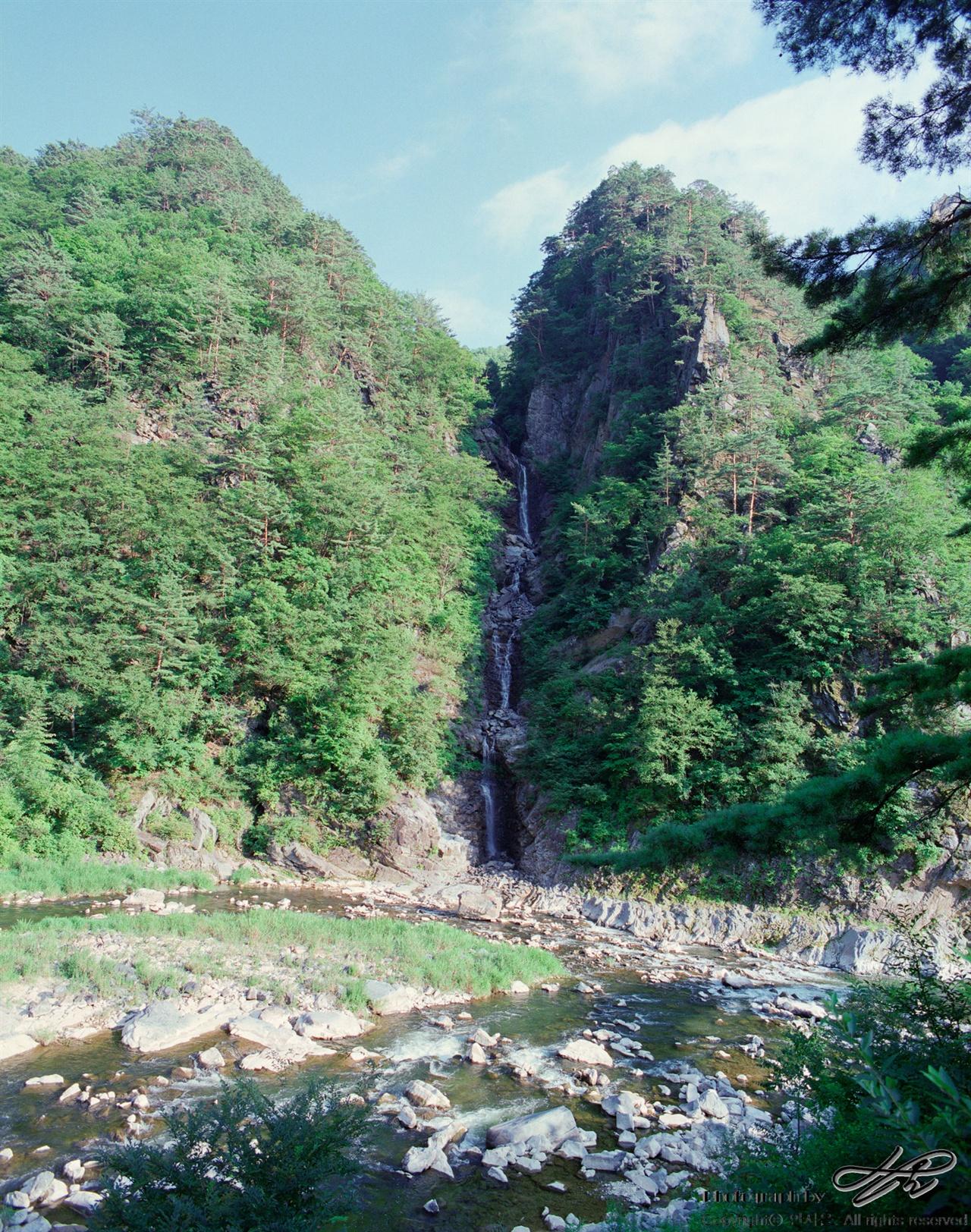 오장폭포 (Pro400H)수직으로 떨어져 송천과 곧바로 합류하는 오장폭포의 모습. 노추산에서 흘러오는 물줄기.
