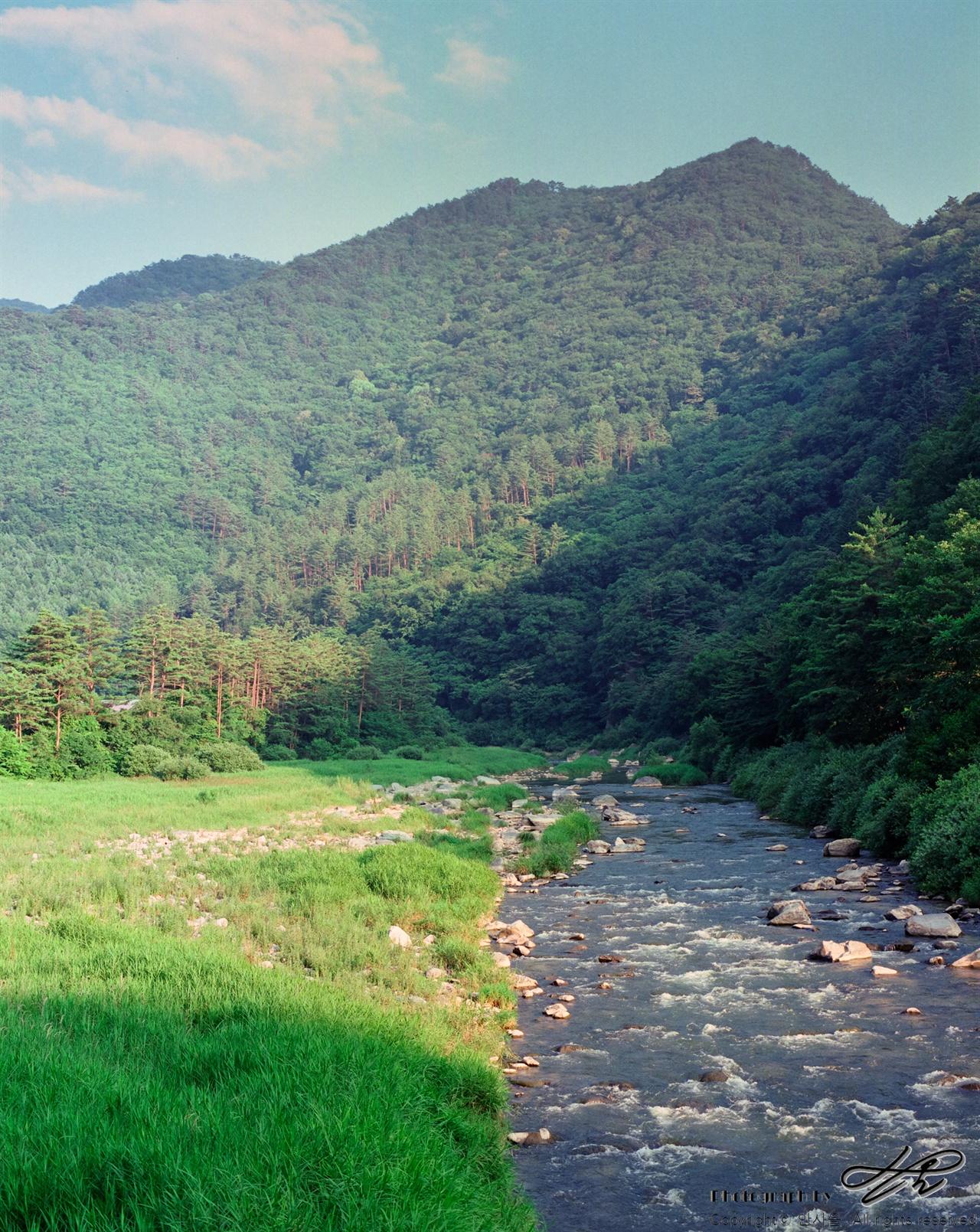 힘차게 흐르는 송천 (Pro400H)예로부터 이곳 사람들은 거칠게 흐르는 송천을 '양천'이라 하고 고요히 흐르는 골지천은 '음천'이라 불었다고 한다.