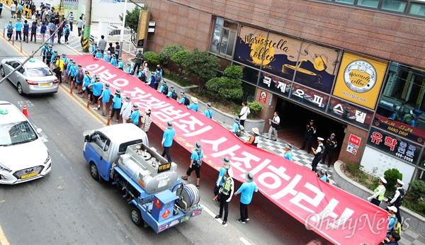 강제징용노동자상 건립, 일본군 위안부 합의 파기, 한일군사정보보호협정 폐기 촉구 결의대회가 15일 낮 동구 초량동 일본영사관 인근에서 열렸다. 500여 명의 집회 참가자들은 집회를 마친 뒤에는 일본영사관 주변을 행진했다.