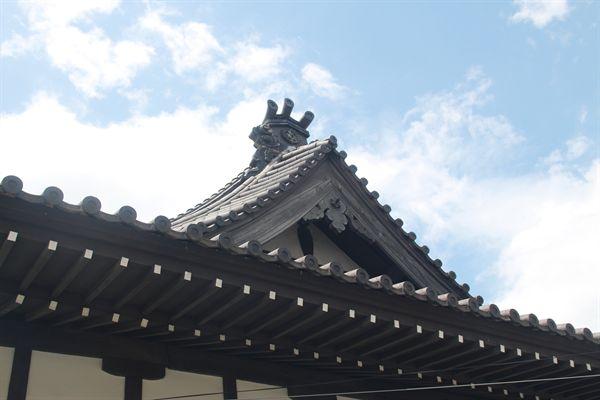 구 서경사 건물 모양이 한옥 지붕처럼 삼각형인 모습