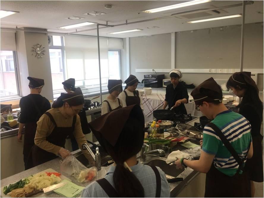 2018년 5월, 서울대학교 교양 수업 '녹색 생활과 소비'의 조리 실습 모습. 수강생들은 이날 영화 <리틀 포레스트>에서 주인공이 요리한 음식들을 직접 만들어 함께 먹어 보았다.