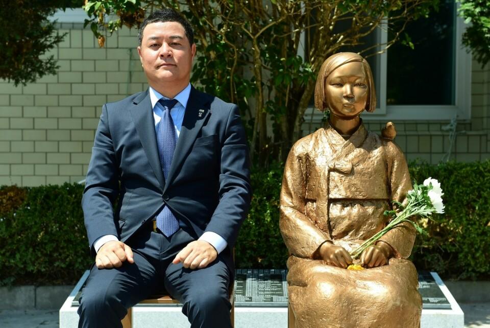 14일 건립된 장성평화의 소녀상과 반상한 추진위원장