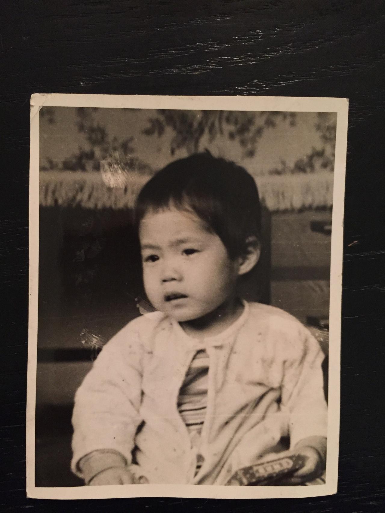 줄리 듀발의 어린 시절 사진 줄리가 어려서 자란 고아원은 그에 대한 모든 기록을 잃어버렸다.