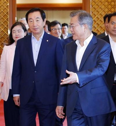문재인 대통령이 16일 낮 청와대에서 여야 5당 원내대표와 오찬을 함께하기 위해 이동하고 있다. 왼쪽은 자유한국당 김성태 원내대표.