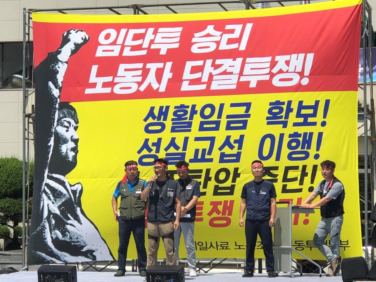 발언하고 있는 대표자들 한국노총과 민주노총이 함께 공동투쟁본부를 구성하고 파업투쟁에 나선 제일사료 노동조합