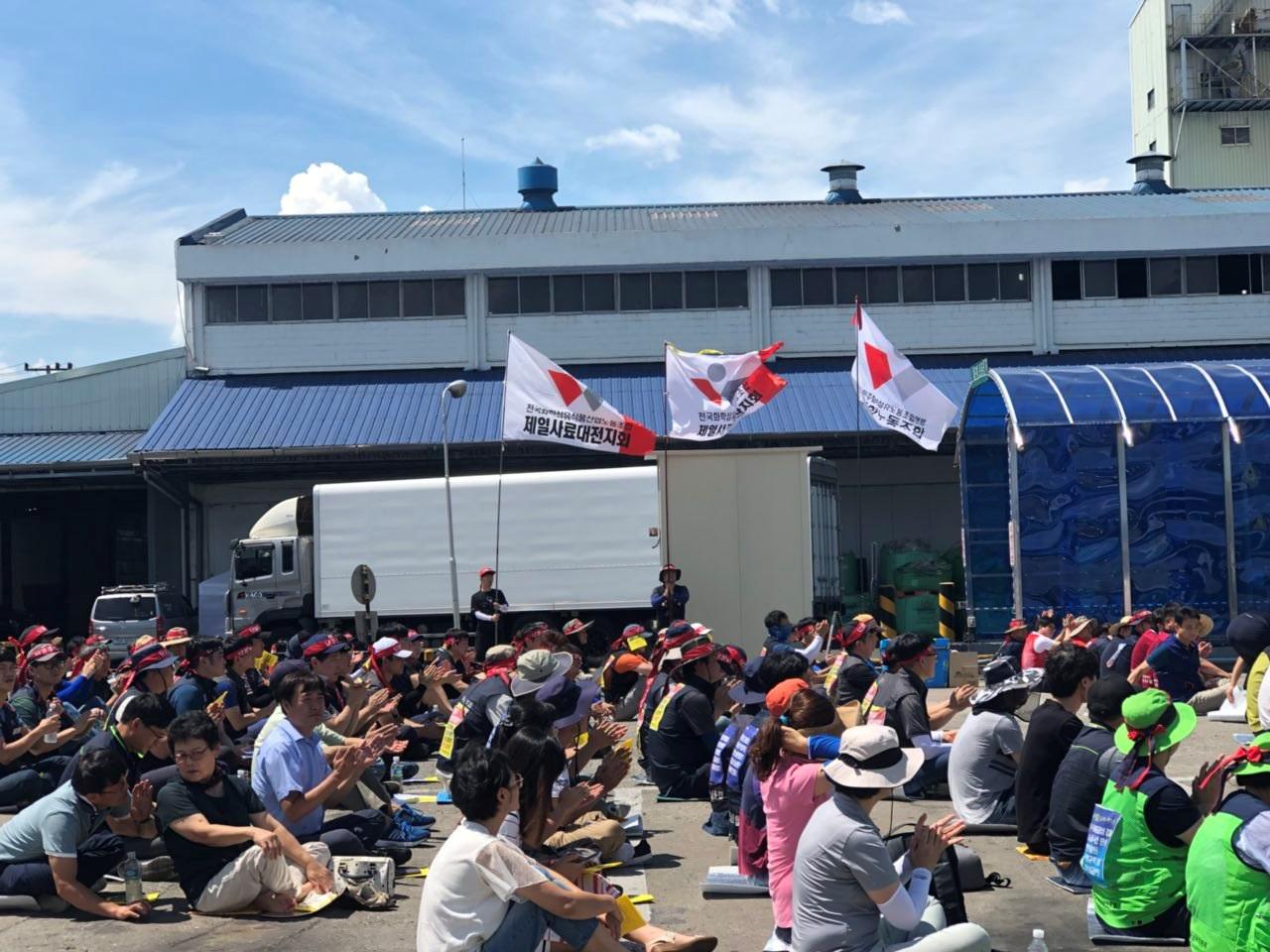 뙤약볕 아래 출정식에 참석한 조합원과 연대 대오들 뜨거운 태양에도 아랑곳 않고 집회에 함께 하고 있다.