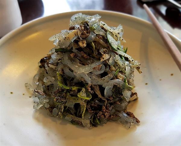 탕평채. 청포묵(녹두묵)을 가늘게 썬 뒤 미나리, 숙주나물, 쇠고기, 지단, 구운 김과 버무려 만든다.