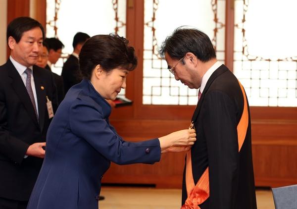 2014년 3월 4일 오후 박근혜 대통령이청와대에서 퇴임하는 차한성 전 대법관에게 청조근정훈장을 수여하고 있다.