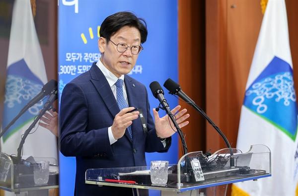 이재명 경기도지사가 16일 도청 브리핑룸에서 '제1회 추가경정예산 도민보고' 기자회견을 열고 있다.