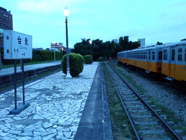 타이둥 도심의 옛 기차역 운행을 멈춘 낡은 기차와 플랫폼, 팻말이 을씨년스럽지만, 주말 저녁이면 세련된 축제의 장으로 변모한다.