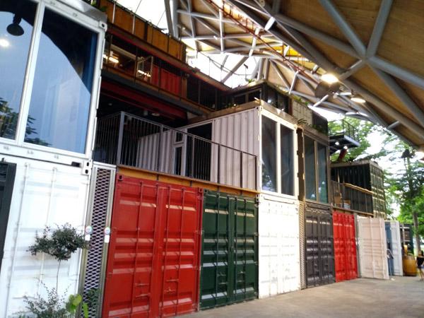 카페로 변신한 역 주변의 콘테이너 타이둥 옛 기차역 곁엔 콘테이너를 개조한 카페와 서점, 식당이 성업 중이다. 이 콘테이너 상가는 티에화춘의 시작 지점이기도 하다.