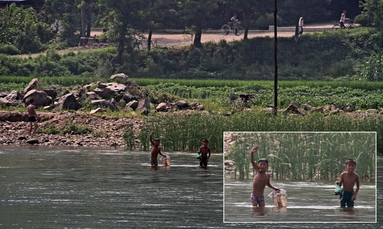 형 누나들 안녕 2018년 7월말 압록강에서 물고기를 잡고 있는 북한의 아이들. 유람선을 타고 북한 국경 쪽으로 접근하는 충남교육청 인문학 기행단 학생들에게 손을 흔들며 인사를 하고 있다.