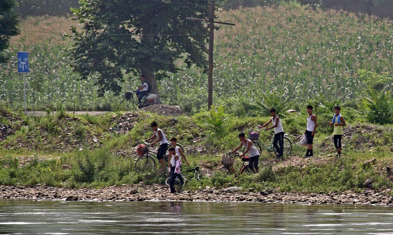 자전거를 타고 나온 아이들 이날 움직이는 동네 사람들은 한결같이 자전거를 타고 다녔다. 머리를 짧게 깍은 것으로 보아 중고등학생 정도로 보이는 아이들이 자전거를 타고 강으로 내려오고 있다. 이들은 잠시 후 모두들 물에 들어가 멱을 감고 있었다.