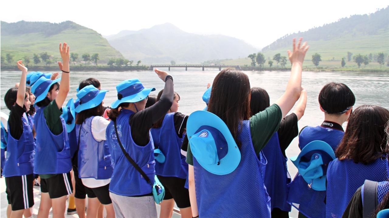 우리 꼭 다시 만나 인문학 기행단 아이들이 북녘 땅의 아이들을 향해 통일해서 꼭 만나자고 손을 흔들고 있다. 상대편에서 손을 흔들며 화답하자 아이들은 감동의 눈물을 흘리기도 했다.