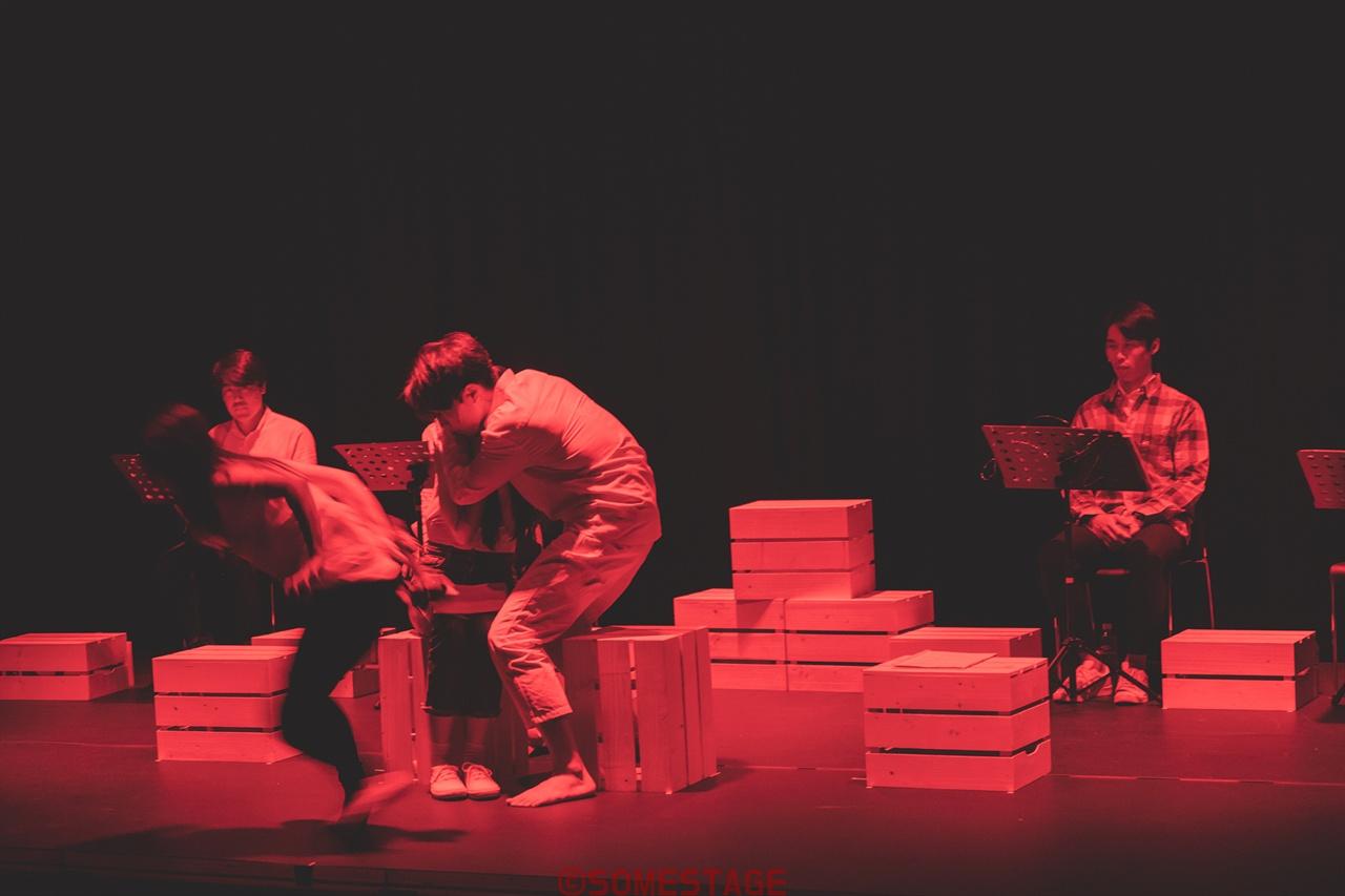 입체낭독극 <숲 바람 그리고 달>에서 배우들이 연기하고 있다.