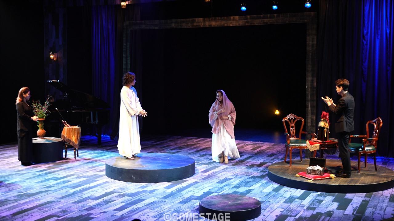 HJ 낭독뮤지컬 시리즈 <마리아 마리아> 중 커튼콜 장면. 무대를 간소화하되 소품 활용과 나레이션, 배우들의 연기를 적절하게 결합했다.