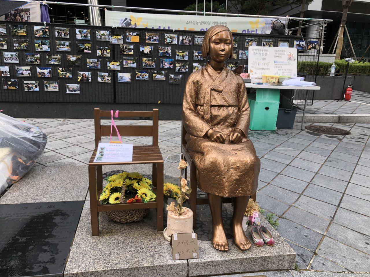 소녀상농성대학생공동행동 '매국적한일합의 폐기! 일본군성노예제문제해결!' 기자회견 (구)일본대사관 맞은편 평화의 소녀상이 놓여져 있다.