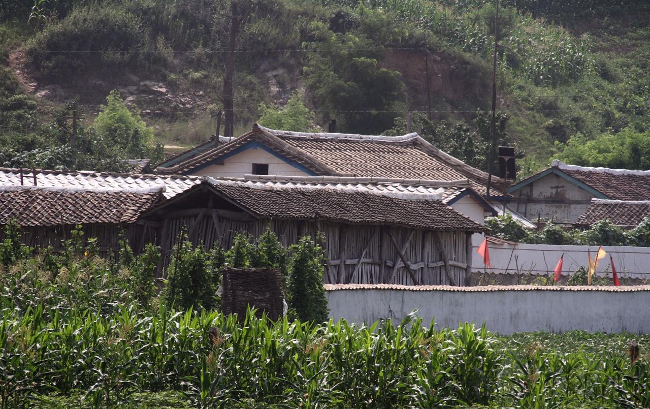 오래된 마을 압록강변을 따라 드문 드문 국경초소가 보이고, 기와집이 모여있는 몇몇 마을이 있었다.