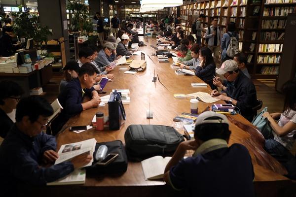 서울 광화문 교보문고에 놓인 대형 테이블에서 책을 보고 있는 사람들
