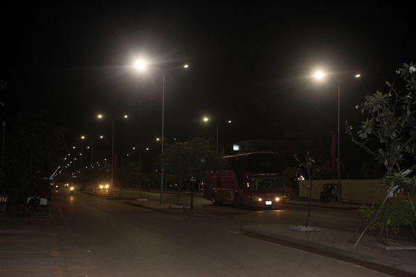 캄보디아 씨엠렛 6번도로에 있는 가로등과 거리 모습