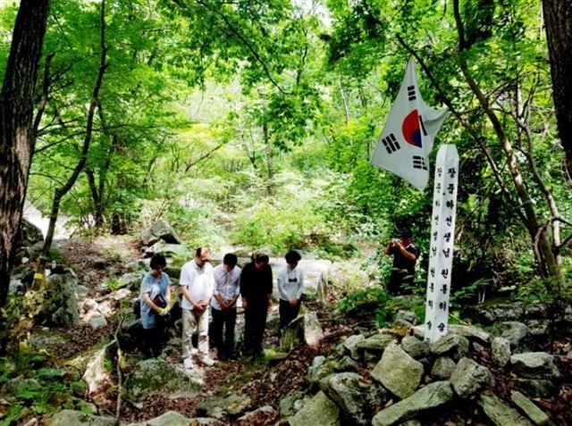 약사 계곡을 찾은 장호권 선생과 집행위 약사 계곡을 찾아 추모하고 있는 장준하100년위원회 회원들